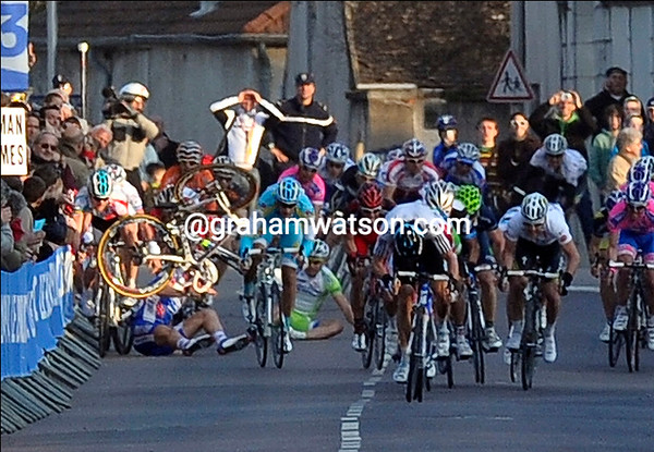 Peter Sagan has fallen in the last 300-metres, taking others with him - the sprint has been messed up...