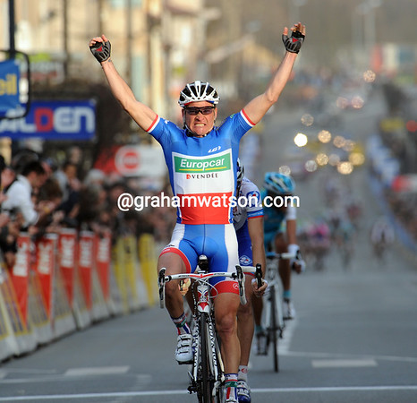 Oui, Yes! Thomas Voeckler wins stage four..!