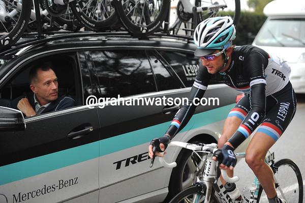 Frank Schleck has dropped off this group and tells Kim Andersen he's quitting with stomach troubles...