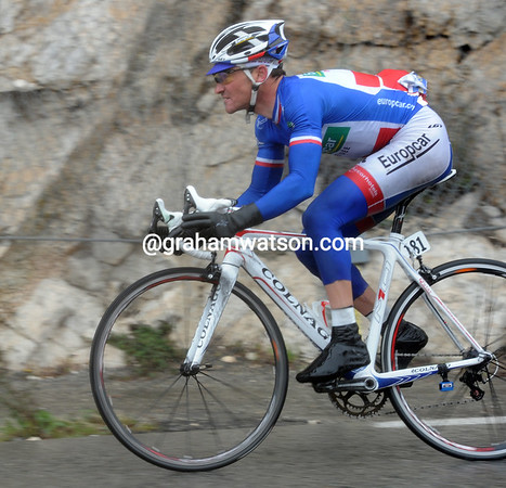 Voeckler has attacked on the treacherous descent to Nice - the Italian cannot stay with him...