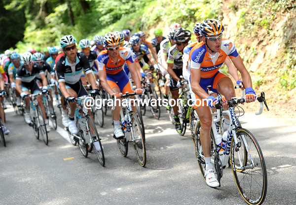 Stef Clement leads the Rabobank squad up the 1st Category ascent - they're still two minutes down on the escape...