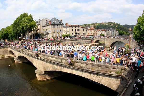 The peloton crosses the bridge in the middle of Villefranche...