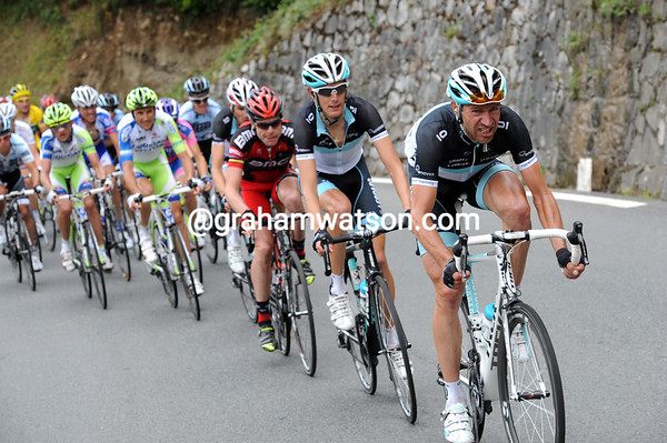 Jens Voigt has found the energy to get back on the descent and to lead a ferocious chase behind Sanchez...