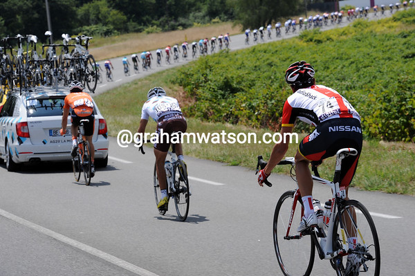 Kloden hitches a ride to within 100-metres of the peloton, but that's as close as he gets before abandoning...