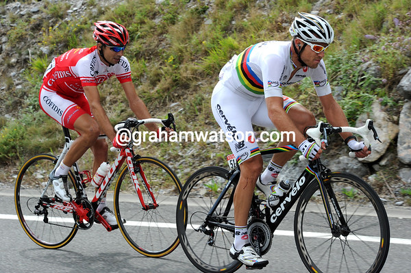 Further ahead, Hushovd has caught Moncoutie and now tries to catch Roy...