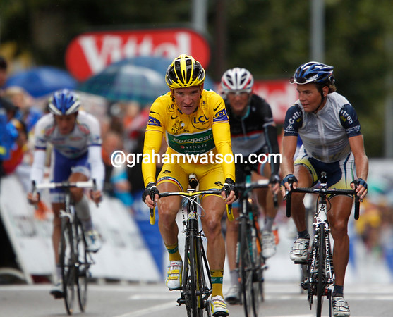 Thomas Voeckler finishes behind the Evans-Contador-Sanchez trio, he's still in Yellow but has lost some time today...