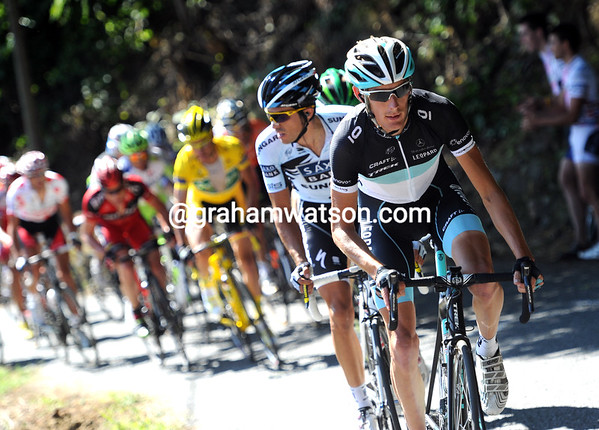 Schleck looks better than yesterday - he's splitting the 25-man group...