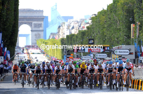 The peloton speeds down from the Arc de Triomphe with two laps to go...