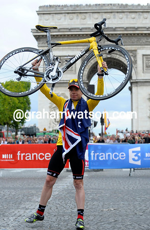 Cadel Evans poses with his BMC bicycle in front of the Arc de Triomphe - the 2011 Tour is officially over..!