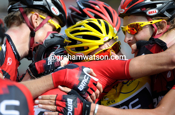 Evans stops just after the line, his BMC teamates stop too..!