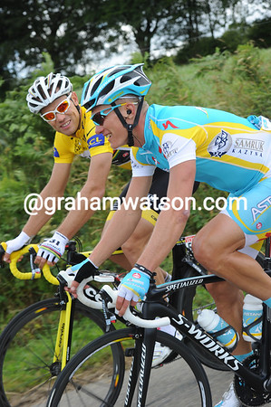 Thor Hushovd and Alexandre Vinokourov compare notes after yesterday's hilltop finish...