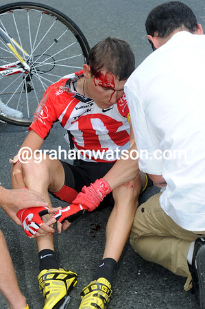 Brajkovic has a nasty head-wound - his Tour is over..!