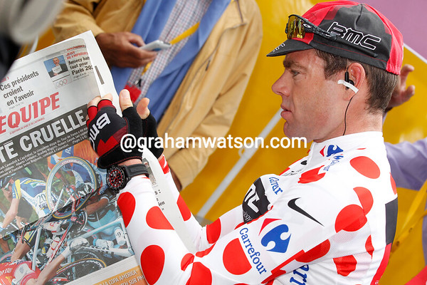 Cadel Evans is no different to most other people - he likes a quiet read of a good paper before starting work...