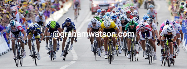The sprint into Chateauroux is on, but who's going to win - Greipel on the left or Cavendish on the right..?!