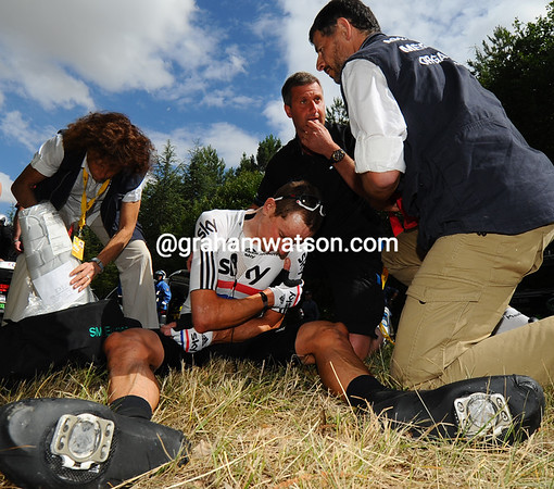 A massive crash has claimed a 'star victim in Bradley Wiggins..!