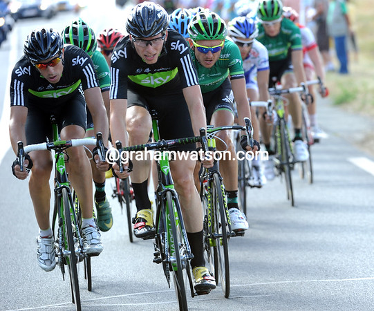 Knees and Zandio are flat out at the front, but they'll all lose over two minutes by the end...