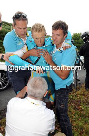 Vinokourov is unable to walk, let alone ride a bike - he abandons too...
