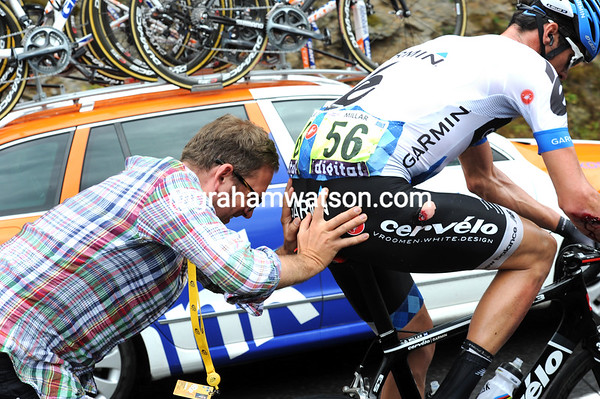 Jonathan Vaughters shows his passion, and belief in his team, by getting out and giving Millar a mighty push...