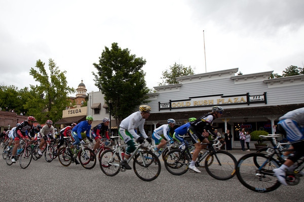 The peloton rolls through Auburn at the start of stage 3.