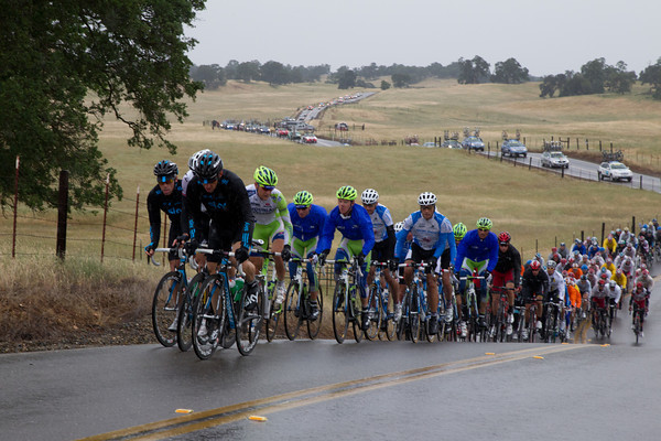 Sky is on the front as the peloton climbs a small hill in the rain. The gap is now just shy of seven minutes.