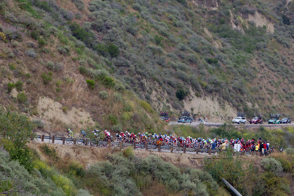 The peloton climbs Balcom Canyon, the break holding around three minutes.