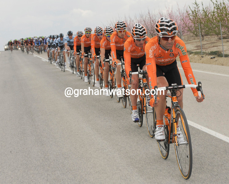 It is Anton's Euskatel team that tows the peloton at high speed...