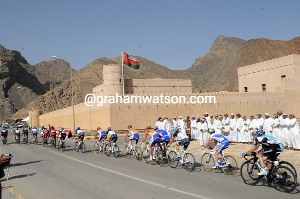 The leaders pass a preserved fort at Birkat al Mawz with 10-kilometres to go...