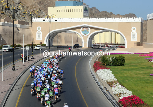 The peloton enters Muscat, three minutes down on the five-man escape...