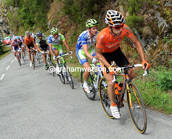 Igor Anton sets the escapers' pace up the 1st-category Puerto de Ancares - he's trying to get Nieve hgher up the G.C...