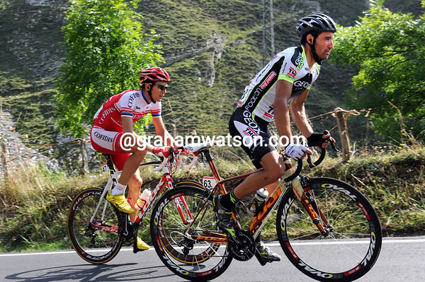 De La Fuente and Taaramae start the last long climb to La Farrapona with a two-minute lead on everyone else...