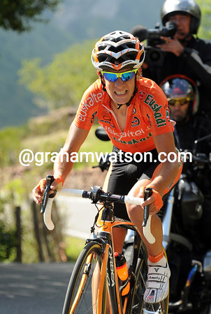 Amets Txurruka has shot out of the chasing group and is going after Moreno's escape...