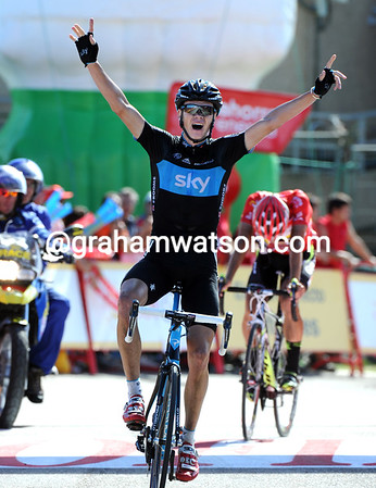 Chris Froome wins atop the Peña Cabarga, but Cobo has almost caught him...