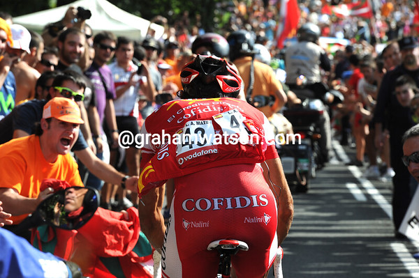 Luis Angel Mate has almost bridged across from the peloton to Barredo, but doesn't quite make it...