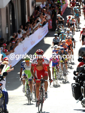 Moncoutie is getting caught at the foot of the 'wall of Valdepeñas' with just 500-metres to go..!