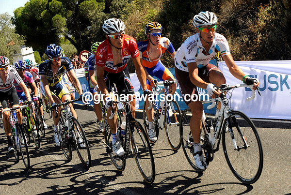 Nicholas Roche chases with Chavanel alongside him - a bigger chase on the descent nullifies the Martin/Moncoutié escape..