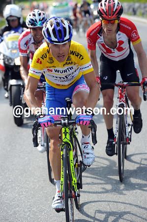 Cunego continues to chase hard, he has just Caruso and Leipheimer with him...