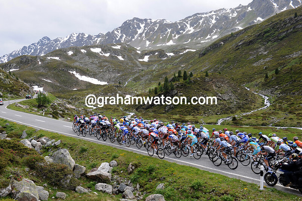 The peloton starts the Fluelapass as well, and has time enough to enjoy the scenery up there...
