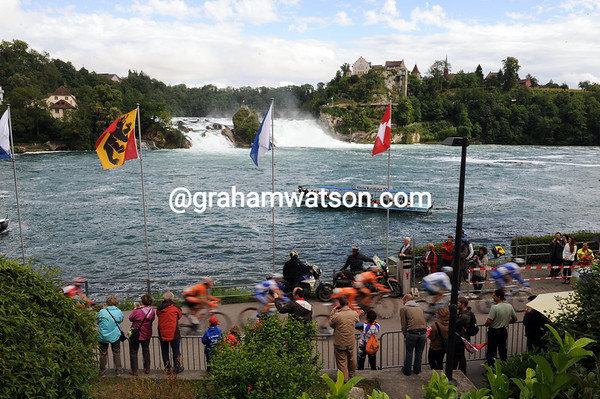 The peloton is going too fast to enjoy the jaw-dropping sight of the Rheinfall at Neuhausen..!