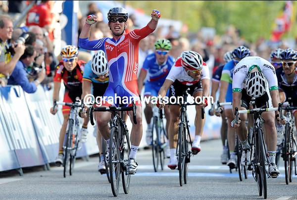 Mark Cavendish has beaten Matt Goss and Andre Greipel to become World Champion..!