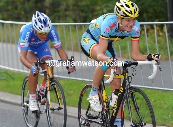 Maaike Pospoel tries to stir the peloton into chasing Hughes on the last lap...