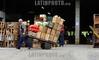 BRASIL 2012-03-30 MOVIMENTO NO CEASA DE SAO JOSE DOS CAMPOS. Mercado Municipal. / Mercado Central. / Market hall Sao Jose dos Campos. / Brasilien: Markthalle in Sao Jose dos Campos. Markthändler. Holzkisten. © Lucas Lacaz Ruiz/LATINPHOTO.org