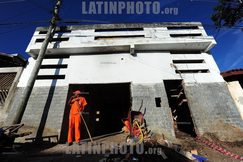 2012-04-11 DUAS RESIDENCIAS QUE PERTENCEM AO APOSENTADO JAIR MACEDO DE SOUZA, 70 ANOS ESTAO CHEIAS DE ENTULHO EM SAO JOSE DOS CAMPOS - SP BRASIL. / demolicion de edificio. / building demolition. / Brasilien: Abbruchgebäude. © Lucas Lacaz Ruiz/LATINPHOTO.org