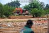 BRASIL 2012-04-20 EX MORADORES DO PINHEIRINHO FAZEM MANIFESTACAO EM FRENTE AO TERRENO E A PREFEITURA EM SAO JOSE DOS CAMPOS - SP BRASIL  COBRANDO AS CASAS PROMETIDAS PELO GOVERNO ESTADUAL E MUNICIPAL, LIDERANCAS PRETENDIAM PROTOCOLAR UMA CARTA POREM A PREFEITURA FECHOU AS PORTAS E REFORCOU A SEGURANCA. NA FOTO O TERRENO DO PINHEIRINHO ONDE EXISTE UMA DENUNCIA QUE TODO O ENTULHO ESTA SENDO JOGADO NA PARTE DE TRAZ DO TERRENO ONDE EXISTE UMA NASCENTE E AREA DE PRESERVACAO PERMANENTE. / excavadora. /Pinheirinho. / Brasilien: Räumung der Armensiedlung Pinheirinho. Umweltbelastung. Umweltverschmutzung. Bodengifte. © Lucas Lacaz Ruiz/LATINPHOTO.org