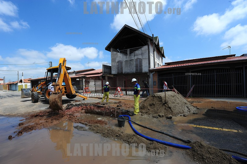 2012-12-24 UMA CASA NA RUA IPIAU , 492 NO JARDIM SATELITE ZONA SUL DE SAO JOSE DOS CAMPOS - SP BRASIL COMECOU A AFUNDAR NA SEXTA FEIRA (21) DEVIDO A UM VAZAMENTO DE AGUA DA SABESP , LEVANDO A ABALAR A ESTRUTURA DAS DUAS CASAS VIZINHAS , SEGUNDO A DEFESA CIVIL AS CASAS ESTÃO CONDENADAS E INTERDITADAS , UM NOVO VAZAMENTO FOI DETECTADO NA MADRUGADA DE HOJE E UMA EQUIPE DA SABESP ESTA NO LOCAL PARA FAZER NOVO REPARO / casa hundido cerca de Sao Jose dos Camopos - Danos - Dano estructural - Danos por agua - linea de agua abierta / sunken house near Sao Jose dos Camopos - Damage - structural damage - Water damage - Construction workers repair a open water line / In den Boden abgesunkenes Haus in der Nähe von Sao Jose dos Camopos - Schaden - Bauschaden - Wasserschaden - Bauarbeiter reparieren eine offene Waserleitung - Bagger - Bauarbeiter © Lucas Lacaz Ruiz/LATINPHOTO.org