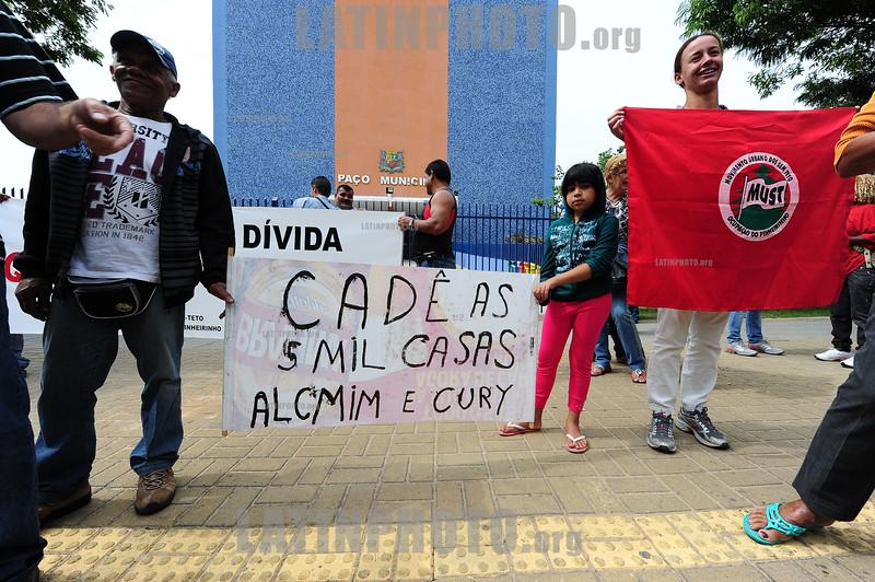 BRASIL 2012-04-20  EX MORADORES DO PINHEIRINHO FAZEM MANIFESTACAO EM FRENTE AO TERRENO E A PREFEITURA EM SAO JOSE DOS CAMPOS - SP BRASIL COBRANDO AS CASAS PROMETIDAS PELO GOVERNO ESTADUAL E MUNICIPAL, LIDERANCAS PRETENDIAM PROTOCOLAR UMA CARTA POREM A PREFEITURA FECHOU AS PORTAS E REFORCOU A SEGURANCA. / Brasilien: Ehemalige Bewohner der zerstörten Siedlung Pinheirinho demonstrieren. © Lucas Lacaz Ruiz/LATINPHOTO.org