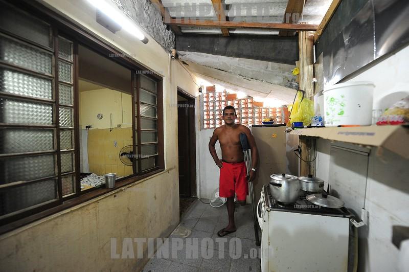 2012-04-03 CENAS DA CIDADE - DESABRIGADOS DO PINHEIRINHO - HELIO DE ALMEIDA DO NASCIMENTO, JARDINEIRO E MUSICO ESTA MORANDO EM CONDICOES PRECARIAS EM UM LOCAL ONDE RESIDEM OUTRAS 20 FAMILIAS, ELE ASSIM COMO AS OUTRAS FAMILIAS RECLAMAM DAS CONDICOES DO LOCAL BEM COMO DE TUDO QUE LHE PERTENCIA E SUMIU NO DIA DA DESOCUPACAO, AS LIDERANCAS QUE APOIAVAM O MOVIMENTO TAMBEM DESAPARECERAM, HELIO VEIO DA BAHIA A 6 ANOS E MORAVA NO PINHEIRINHO, SAO JOSE DOS CAMPOS - SP BRASIL. / Pobreza. Hombre independiente con una pierna amputada. / Poverty. Standalone man with an amputated leg. / Brasilien: Armut. Alleinstehender Mann mit amputiertem Bein. © Lucas Lacaz Ruiz/LATINPHOTO.org