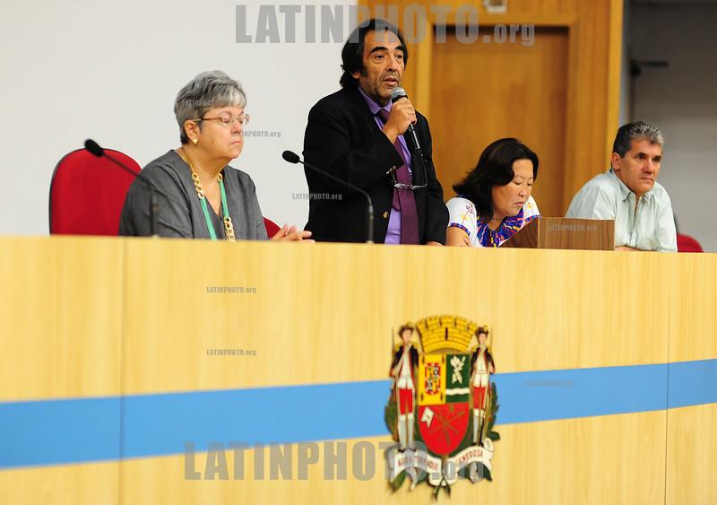 BRASIL 2012-04-19 INFORME DE PRESTACAO DE CONTAS DOS CASTOS FINANCEIROS E SOCIAIS QUE FORAM CAUSADOS COM A DESOCUPACAO DO PINHEIRINHO POR PARTE DA PREFEITURA DE SAO JOSE DOS CAMPOS - ESTE PRESENTE OS DEPUTADOS ESTADUAIS MARCO AURELIO DE SOUZA E ADRIANO DIOGO - PT. NA FOTO O DEP ADRIANO DIOGO. / Brasilien: Diskussion betreffend der Umsiedlung der Armensiedlung Pinheirinho. © Lucas Lacaz Ruiz/LATINPHOTO.org