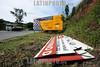 BRASIL 2012-04-26 CONDICOES DE ESTRADA NA ROD DOS TAMOIOS SP-099 QUE TERA SEU PRIMEIRO TRECHO DUPLICADO. FALTA DE ACOSTAMENTO E UMA DAS CARACTERISTICAS DA ESTRADA. NOVAS PLACAS FORAM INSTALADAS NA RODOVIA PARA ANUNCIAR AS OBRAS. FOTOS NOS KM 12 E 17 DA RODOVIA. / Brasilien: Landstrasse. Werbung. Werbeplakat. © Lucas Lacaz Ruiz/LATINPHOTO.org
