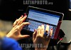 2012-04-17 MULHER USA TABLET PARA ANOTAR A PALESTRA. / Brasilien: Tablet. Elektronisches Schreibgerät. Schreiben auf dem Monitor. © Lucas Lacaz Ruiz/LATINPHOTO.org