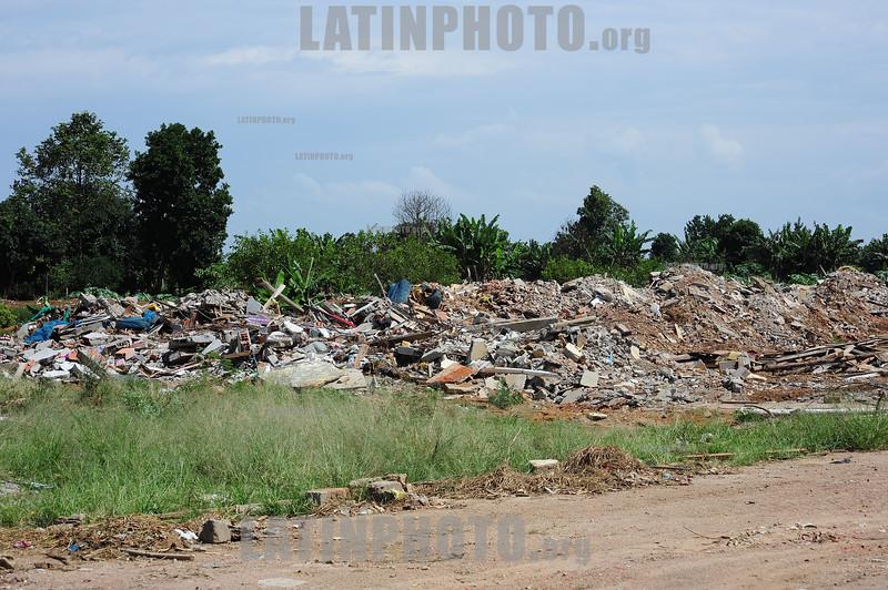 2012-04-14 DESABRIGADOS PINHEIRINHONA FOTO MAQUINA TRABALHA NA LIMPEZA DO TERRENO DO PINHEIRINHO. / Brasilien: Gelände der zerstörten Armensiedlung Pinheirinho. © Lucas Lacaz Ruiz/LATINPHOTO.org